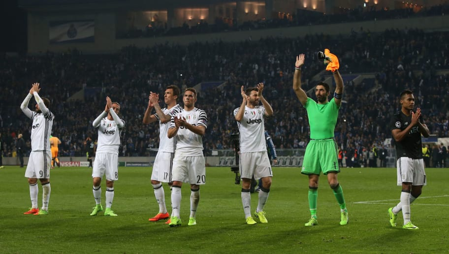 PORTO, PORTUGAL - FEBRUARY 22: Juventus players celebrate with supporters after the victory at the end of the UEFA Champions League Round of 16 - First Leg match between FC Porto and Juventus at Estadio do Dragao on February 22, 2017 in Porto, Portugal.  (Photo by Gualter Fatia/Getty Images)