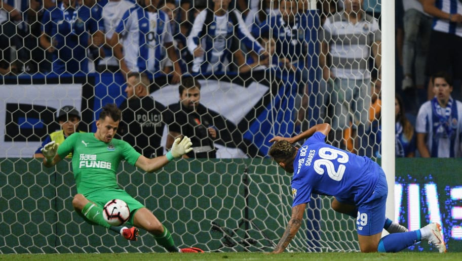 PORTO, PORTUGAL - JULY 28: Soares of FC Porto competes for the ball with Karl Darlow of Newcastle during the pre-season friendly match between FC Porto and Newcastle at Estádio do Drago on July 28, 2018 in Porto, Portugal. (Photo by Octavio Passos/Getty Images)