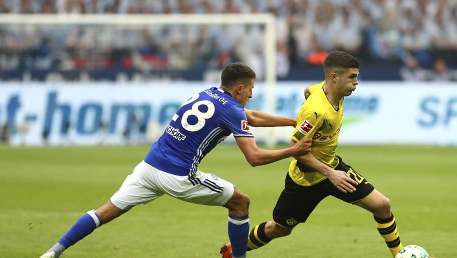 GELSENKIRCHEN, GERMANY - APRIL 15: Alessandro Schoepf of Schalke and Christian Pulisic of Dortmund battle for the ball during the Bundesliga match between FC Schalke 04 and Borussia Dortmund at Veltins-Arena on April 15, 2018 in Gelsenkirchen, Germany. (Photo by TF-Images/Getty Images)