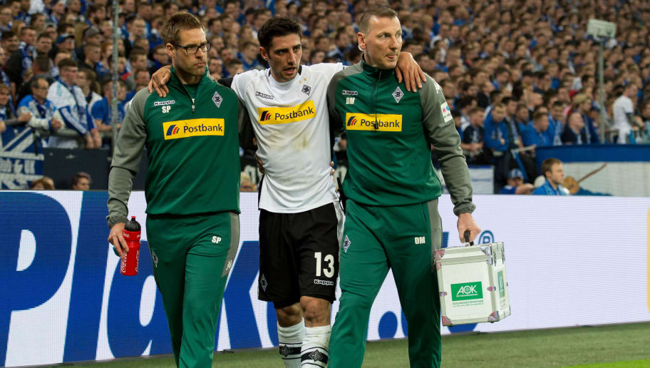 GELSENKIRCHEN, GERMANY - APRIL 28: Lars Stindl of Moenchengladbach leaves the field injured during the Bundesliga match between FC Schalke 04 and Borussia Moenchengladbach at Veltins-Arena on April 28, 2018 in Gelsenkirchen, Germany. (Photo by TF-Images/Getty Images)