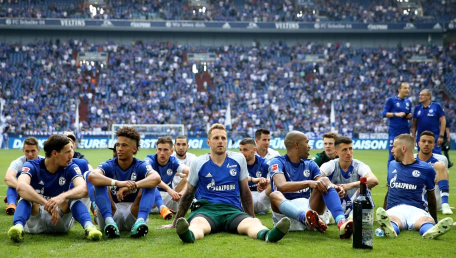 GELSENKIRCHEN, GERMANY - MAY 12: The team of Schalke celebrates on the pitch after winning 1-0 the Bundesliga match between FC Schalke 04 and Eintracht Frankfurt at Veltins-Arena on May 12, 2018 in Gelsenkirchen, Germany. (Photo by Christof Koepsel/Bongarts/Getty Images)