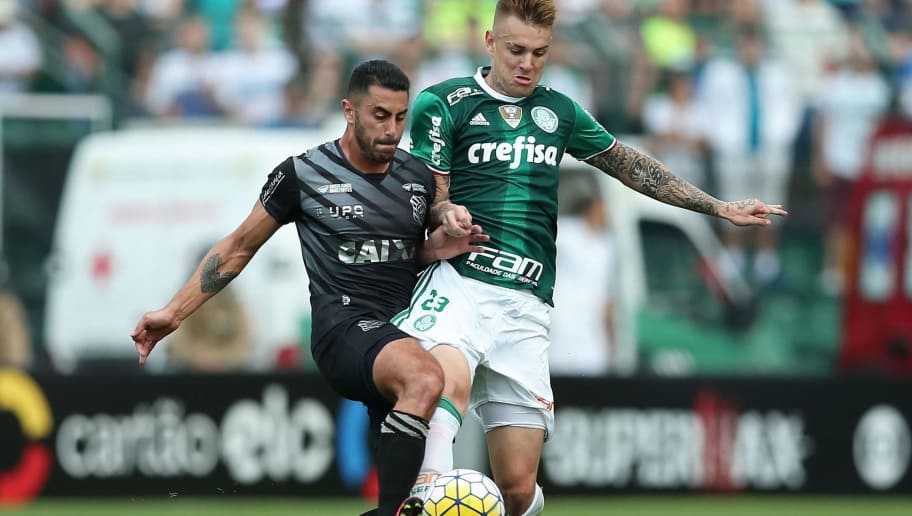 FLORIANOPOLIS, BRAZIL - OCTOBER 16: Marquinhos Pedroso of Figueirense struggles for the ball with Roger Guedes (R) of Palmeiras during a match between Figueirense and Palmeiras as part of Brasileirao Series A 2016 at Orlando Scarpelli Stadium on October 16, 2016 in Florianopolis, Brazil. (Photo by Heuler Andrey/Getty Images)