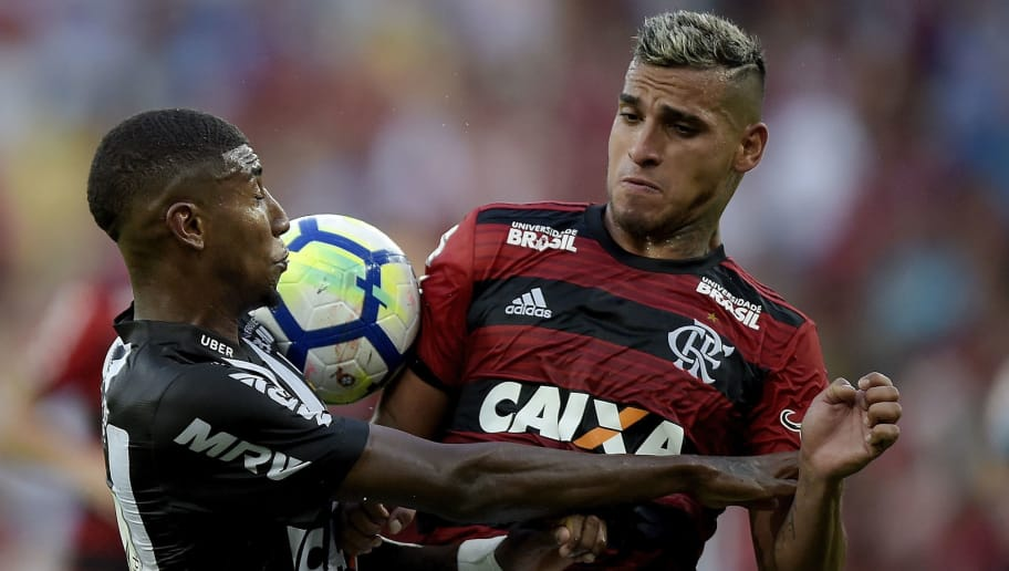 RIO DE JANEIRO, BRAZIL - SEPTEMBER 23: Miguel Trauco (R) of Flamengo struggles for the ball with Emerson Leite of Atletico-MG during the match between Flamengo and Atletico-MG as part of Brasileirao Series A 2018 at Maracana Stadium on September 23, 2018 in Rio de Janeiro, Brazil. (Photo by Alexandre Loureiro/Getty Images)