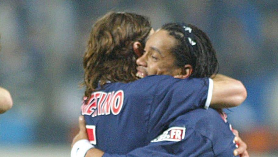 les joueurs parisiens, Jérome Alonzo, Christobal Parralo, Mauricio Pochettino et Ronaldinho (GàD) se congratulent après la victoire de leur équipe par 3-0 le 09 mars 2003 au stade vélodrome de Marseille lors de la 30ème journée de la ligue 1 entre l'Olympique de Marseille et le Paris Saint-Germain.        AFP PHOTO BORIS HORVAT / AFP PHOTO / BORIS HORVAT        (Photo credit should read BORIS HORVAT/AFP/Getty Images)