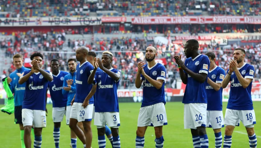 DUESSELDORF, GERMANY - OCTOBER 06:  FC Schalke 04 players celebrate following their sides victory in the Bundesliga match between Fortuna Duesseldorf and FC Schalke 04 at Esprit-Arena on October 6, 2018 in Duesseldorf, Germany.  (Photo by Dean Mouhtaropoulos/Bongarts/Getty Images)