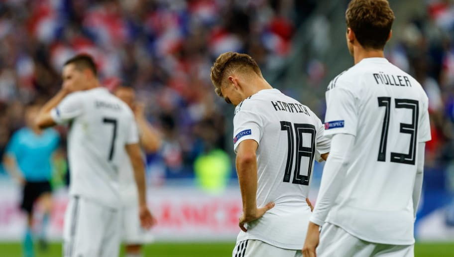PARIS, FRANCE - OCTOBER 16: Julian Draxler of Germany, Joshua Kimmich of Germany and Thomas Mueller of Germany look dejected after the UEFA Nations League A group one match between France and Germany at Stade de France on October 16, 2018 in Paris, France. (Photo by TF-Images/Getty Images)