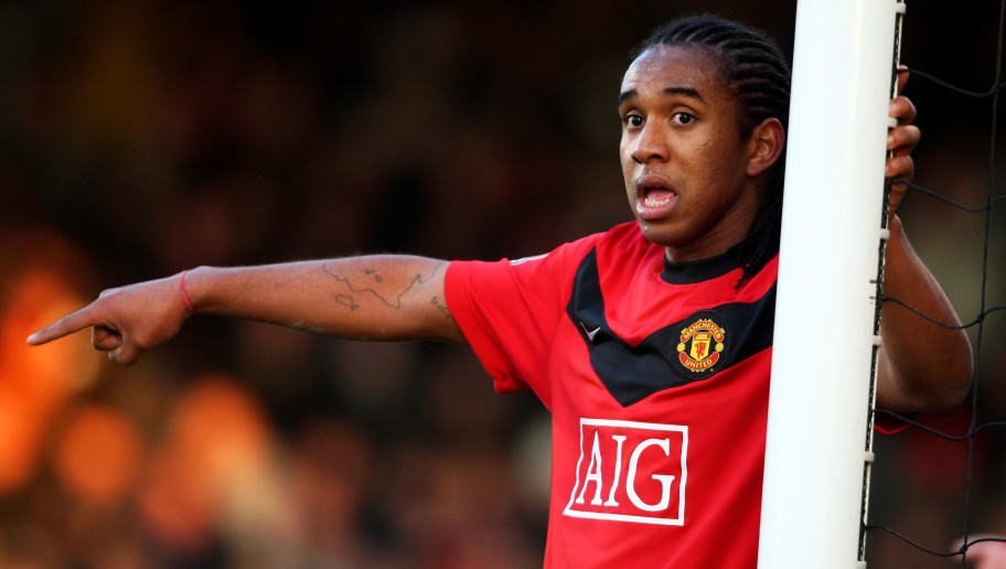 LONDON, ENGLAND - DECEMBER 19:  Anderson of Manchester United gestures to teammates during the Barclays Premier League match between Fulham and Manchester United at Craven Cottage on December 19, 2009 in London, England.  (Photo by Phil Cole/Getty Images)