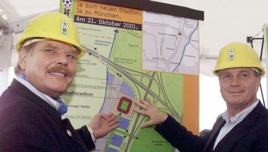 MUNICH, GERMANY - OCTOBER 01:  FUSSBALL: BESICHTIGUNG des vorgesehenen STADIONAREALS in Froettmaning/Muenchen, 01.10.01, Aktion 'ANSTOSS FUER MUENCHEN'/Neubau eines Stadions fuer Muenchen, mit v.lks.: Karl-Heinz WILDMOSER /Praesident 1860 und Uli HOENESS /Manager Bayern  (Photo by Sebastian Schupfner/Bongarts/Getty Images)