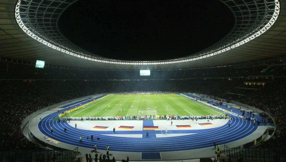 BERLIN, GERMANY - SEPTEMBER 08:    Fussball: Laenderspiel 2004, Berlin; Deutschland - Brasilien ( GER - BRA ); Stadionuebersicht Berliner Olympiastadion 08.09.04.  (Photo by Friedemann Vogel/Bongarts/Getty Images)