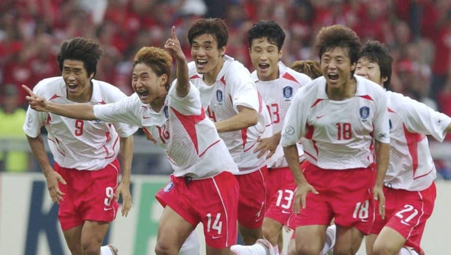 GWANGJU, SOUTH KOREA - JUNE 22:  WM 2002 in JAPAN und KOREA, Gwangju; Match 59/VIERTELFINALE/SPANIEN - KOREA (ESP - KOR) 3:5 n.Elfmeterschiessen; SCHLUSS JUBEL SUEDKOREA; Ki Hyeon SEOL, Chun Soo LEE, Eul Yong LEE, Sun Hong HWANG und Ji Sung PARK  (Photo by Andreas Rentz/Bongarts/Getty Images)