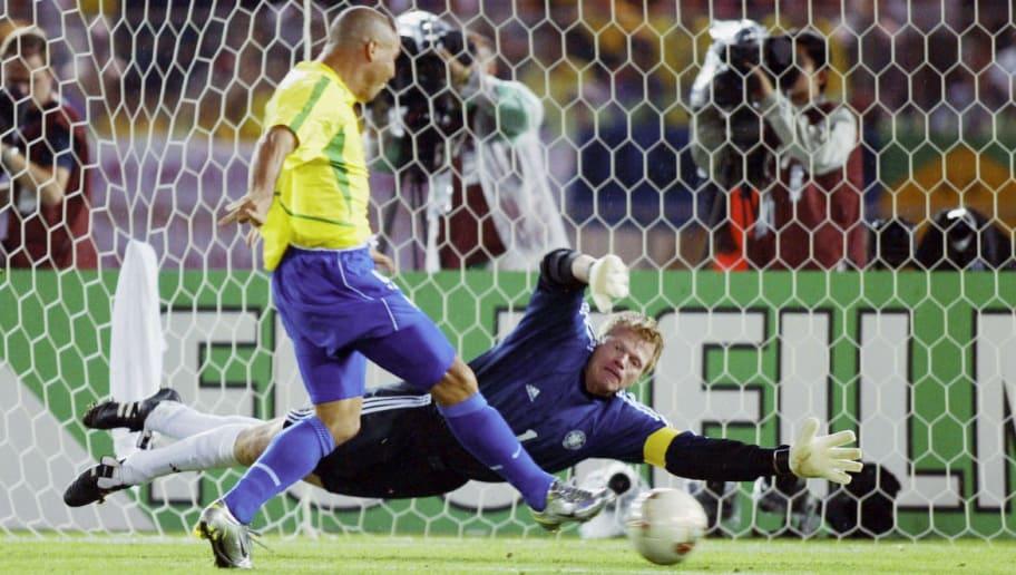FUSSBALL : WM 2002 in JAPAN und KOREA , Yokohama , 30.06.02  Match 64 / FINALE / DEUTSCHLAND - BRASILIEN ( GER - BRA ) 0:2  BRASILIEN WELTMEISTER 2002  TOR zum 0:1 durch RONALDO / BRA , TORWART Oliver KAHN / GER  FOTO:BONGARTS/Andreas-Rentz