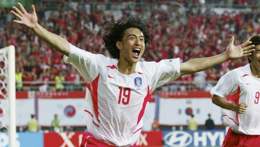 DAEJEON, SOUTH KOREA - JUNE 18:  WM 2002 in JAPAN und KOREA, Daejeon; Match 56/ACHTELFINALE/KOREA - ITALIEN (KOR - ITA) 2:1 n.V.; 2:1 TOR JUBEL Jung Hwan AHN/KOR  (Photo by Andreas Rentz/Bongarts/Getty Images)
