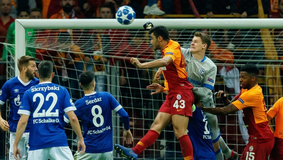 ISTANBUL, TURKEY - OCTOBER 24: Goalkeeper Alexander Nuebel of FC Schalke 04 and Ozan Kabak of Galatasaray battle for the ball during the UEFA Champions League Group D match between Galatasaray and FC Schalke 04 at Turk Telekom Arena on October 24, 2018 in Istanbul, Turkey. (Photo by TF-Images/Getty Images)