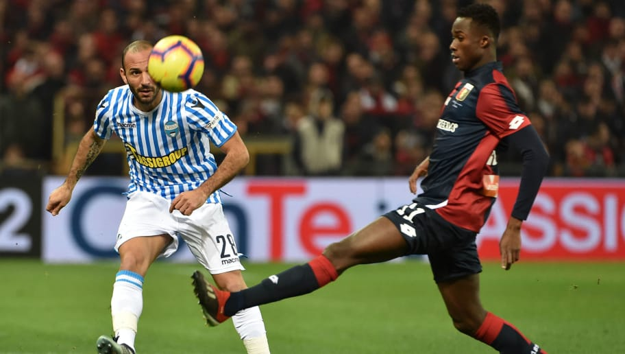 GENOA, ITALY - DECEMBER 09: Pasquale Schiattarella of Spal oppose to Christian Kouamé of Genoa during the Serie A match between Genoa CFC and SPAL at Stadio Luigi Ferraris on December 9, 2018 in Genoa, Italy. (Photo by Paolo Rattini/Getty Images)