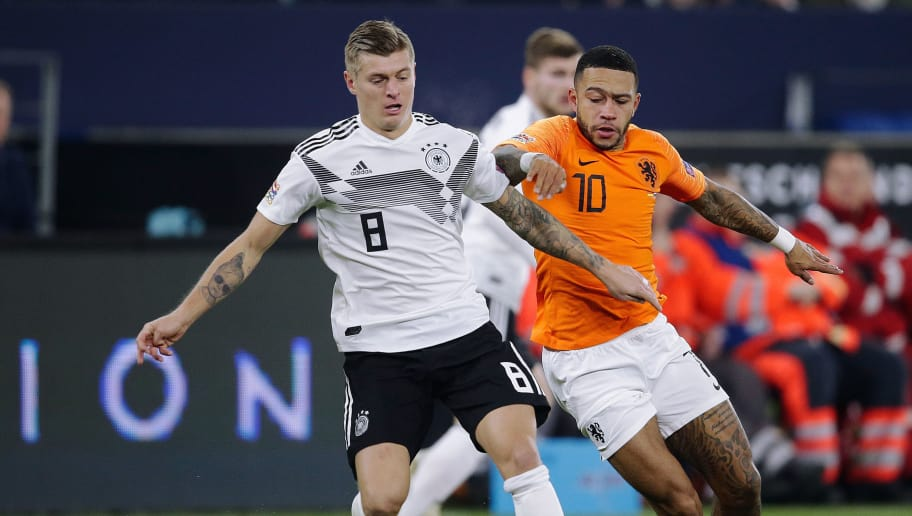 GELSENKIRCHEN, GERMANY - NOVEMBER 19: (L-R) Toni Kroos of Germany, Memphis Depay of Holland  during the  UEFA Nations league match between Germany  v Holland  at the Veltins Arena on November 19, 2018 in Gelsenkirchen Germany (Photo by Laurens Lindhout/Soccrates/Getty Images)