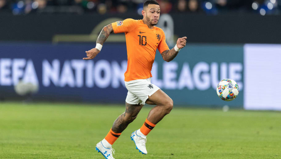 GELSENKIRCHEN, GERMANY - NOVEMBER 19: Memphis Depay of the Netherlands runs with the ball during the UEFA Nations League A group one match between Germany and Netherlands at Veltins-Arena on November 19, 2018 in Gelsenkirchen, Germany. (Photo by Boris Streubel/Getty Images)