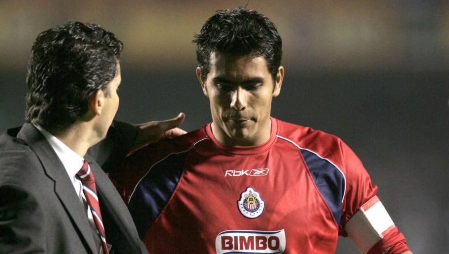 Goalkeeper Oswaldo Sanchez (R), of Mexic