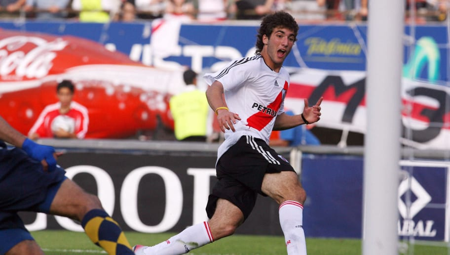 Gonzalo Higuain (C) of River Plate start