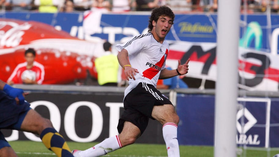 Gonzalo Higuain (C) of River Plate start