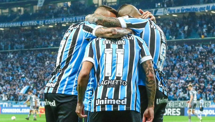 PORTO ALEGRE, BRAZIL - AUGUST 28: Everton of Gremio celebrates with teammates the first goal of his team during the match between Gremio and Estudiantes as part of Copa Conmebol Libertadores 2018, at Arena do Gremio on August 28, 2018, in Porto Alegre, Brazil. (Photo by Lucas Uebel/Getty Images)