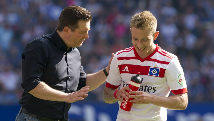 HAMBURG, GERMANY - MAY 12: Head coach Christian Titz of Hamburg speaks with Lewis Holtby of Hamburg during the Bundesliga match between Hamburger SV and Borussia Moenchengladbach at Volksparkstadion on May 12, 2018 in Hamburg, Germany. (Photo by TF-Images/Getty Images)