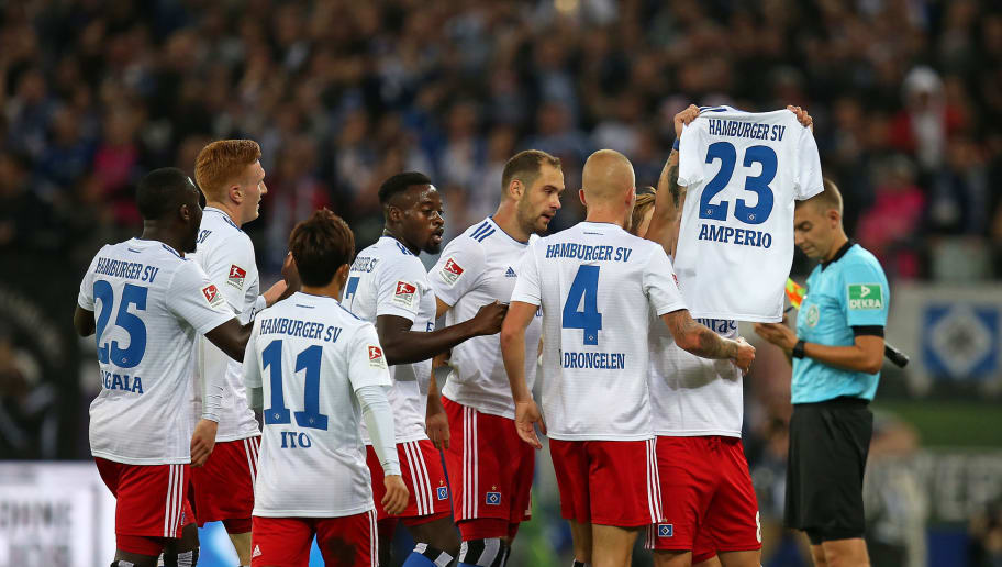 HAMBURG, GERMANY - AUGUST 27: Lewis Holtby of Hamburger SV celebrates after scoring his team`s first goal with team mates during the Second Bundesliga match between Hamburger SV and DSC Arminia Bielefeld at Volksparkstadion on August 27, 2018 in Hamburg, Germany. (Photo by TF-Images/Getty Images)