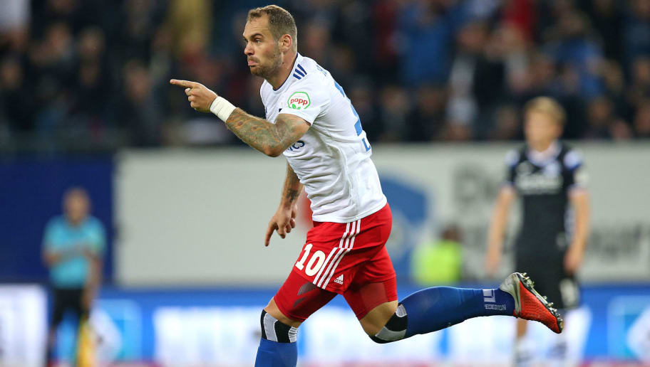HAMBURG, GERMANY - AUGUST 27: Pierre-Michel Lasogga of Hamburger SV celebrates after scoring his team`s second goal during the Second Bundesliga match between Hamburger SV and DSC Arminia Bielefeld at Volksparkstadion on August 27, 2018 in Hamburg, Germany. (Photo by TF-Images/Getty Images)
