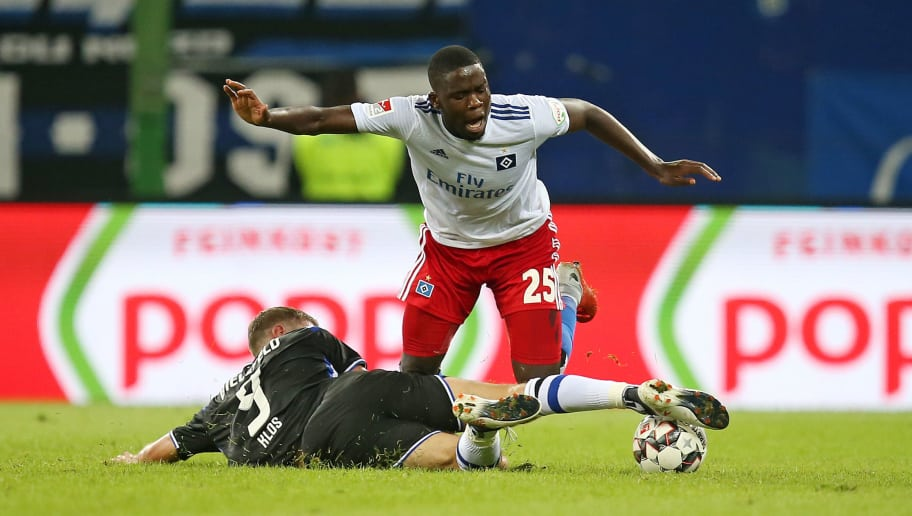 HAMBURG, GERMANY - AUGUST 27: Fabian Klos of Arminia Bielefeld and Orel Mangala of Hamburger SV battle for the ball during the Second Bundesliga match between Hamburger SV and DSC Arminia Bielefeld at Volksparkstadion on August 27, 2018 in Hamburg, Germany. (Photo by TF-Images/Getty Images)