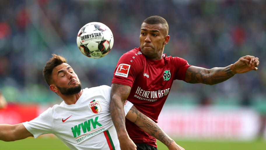 HANOVER, GERMANY - OCTOBER 27:  Marco Richter of Augsburg battles for possession with Walace of Hannover 96 during the Bundesliga match between Hannover 96 and FC Augsburg at HDI-Arena on October 27, 2018 in Hanover, Germany.  (Photo by Martin Rose/Bongarts/Getty Images)