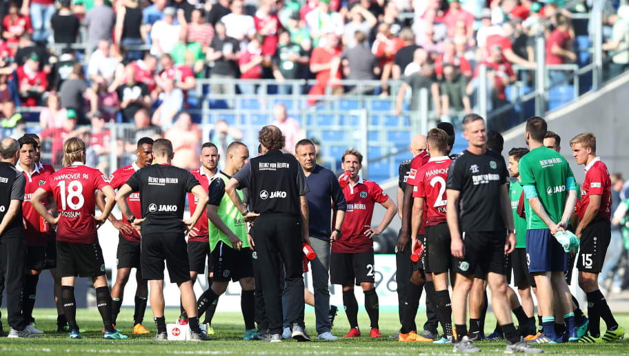 HANOVER, GERMANY - APRIL 21:  Team and Head coach Andre Breitenreiter of Hannover  appears frustrated after the Bundesliga match between Hannover 96 and FC Bayern Muenchen at HDI-Arena on April 21, 2018 in Hanover, Germany.  (Photo by Oliver Hardt/Bongarts/Getty Images)