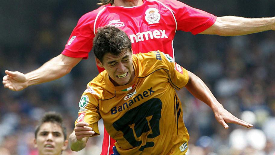 Hector Moreno (al frente) de Pumas dispu