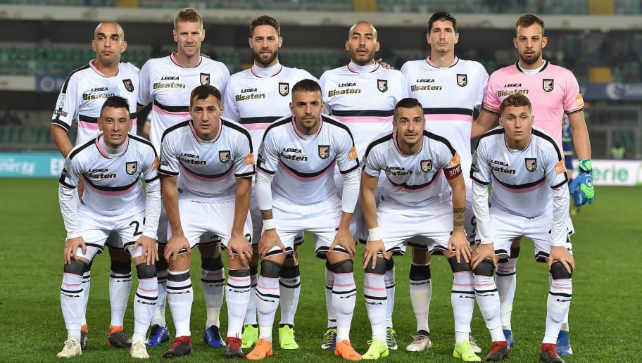 VERONA, ITALY - NOVEMBER 23:  Players of Palermo pose for a team shot during the Serie b match between Hellas Verona and US Citta di Palermo at Stadio Marcantonio Bentegodi on November 23, 2018 in Verona, Italy.  (Photo by Tullio M. Puglia/Getty Images)