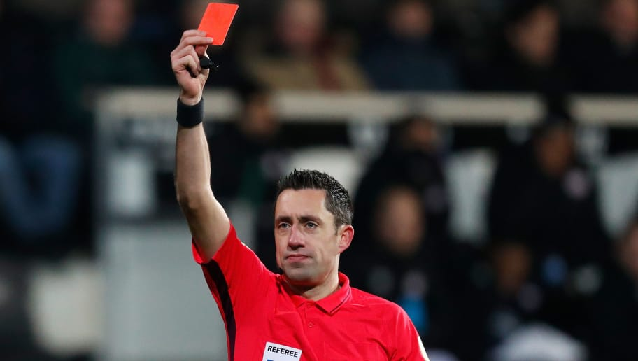 ALMELO, NETHERLANDS - DECEMBER 15: Referee Dennis Higler gives a receives a red card card during the Dutch Eredivisie  match between Heracles Almelo v PSV at the Polman Stadium on December 15, 2018 in Almelo Netherlands (Photo by Aaron van Zandvoort/Soccrates/Getty Images)