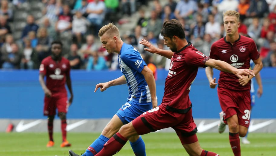 BERLIN, GERMANY - AUGUST 25:  Maximilian Mittelstaedt (L) of Berlin battles for the ball with Lukas Muehl of Nuernberg during the Bundesliga match between Hertha BSC and 1. FC Nuernberg at Olympiastadion on August 25, 2018 in Berlin, Germany. (Photo by Matthias Kern/Bongarts/Getty Images)