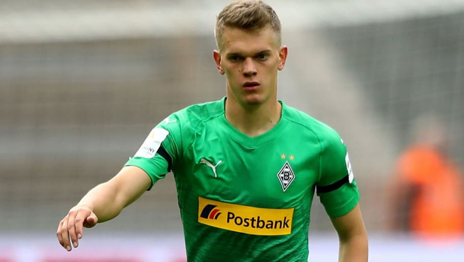 BERLIN, GERMANY - SEPTEMBER 22:  Matthias Ginter of Moenchengladbach runs with the ball during the Bundesliga match between Hertha BSC and Borussia Moenchengladbach at Olympiastadion on September 22, 2018 in Berlin, Germany.  (Photo by Martin Rose/Bongarts/Getty Images)