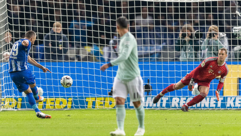 BERLIN, GERMANY - SEPTEMBER 28: Vedad Ibisevic of Hertha BSC scores his team's first goal by penalty against goalkeeper Manuel Neuer of FC Bayern Muenchen during the Bundesliga match between Hertha BSC and FC Bayern Muenchen at Olympiastadion on September 28, 2018 in Berlin, Germany. (Photo by Boris Streubel/Bongarts/Getty Images)
