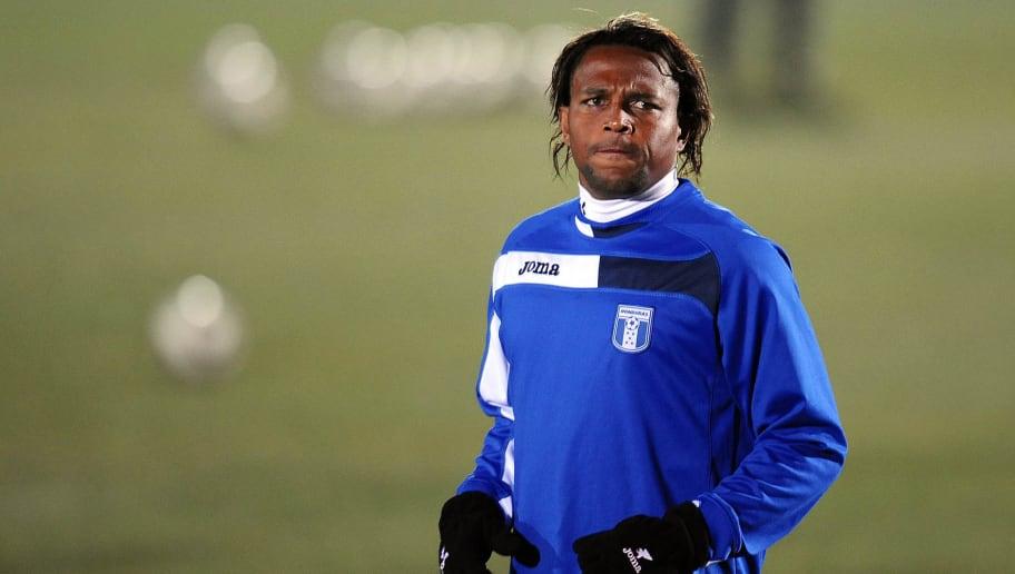 Honduras' striker Carlos Pavon warms up