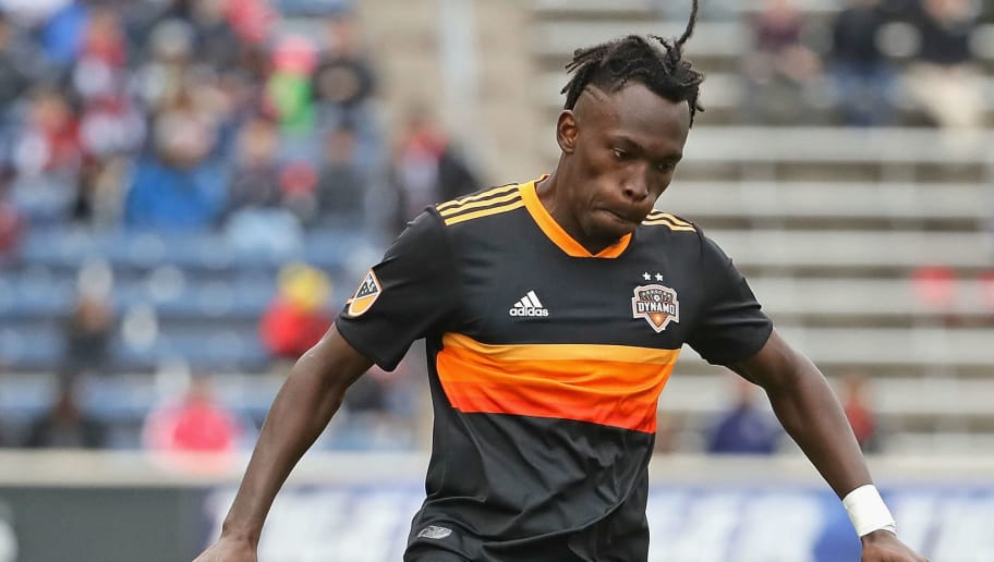 BRIDGEVIEW, IL - MAY 20:  Alberth Elis #17 of the Houston Dynamo passes the ball against the Chicago Fire at Toyota Park on May 20, 2018 in Bridgeview, Illinois. The Dynamo defeated the Fire 3-2.  (Photo by Jonathan Daniel/Getty Images)