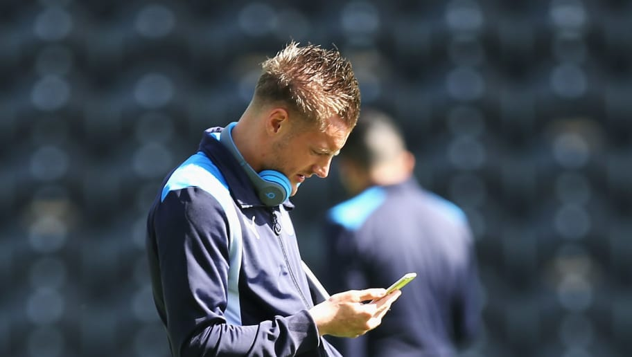 HULL, ENGLAND - AUGUST 13: Jamie Vardy of Leicester City uses his phone on the ptich prior to kick off during the Premier League match between Hull City and Leicester City at KCOM Stadium on August 13, 2016 in Hull, England.  (Photo by Alex Morton/Getty Images)