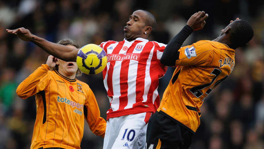 HULL, ENGLAND - NOVEMBER 08: Ricardo Fuller of Stoke City is challenged by Jimmy Bullard and Kamil Zayatte of Hull City during the Barclays Premier League match between Hull City and Stoke City at the KC Stadium on November 8, 2009 in Hull, England.  (Photo by Michael Regan/Getty Images)