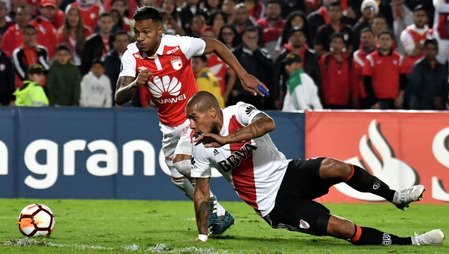 BOGOTA, COLOMBIA - MAY 03: Wilson Morelo of Santa Fe vies for the ball with Jonatan Maidana of River Plate during a group stage match between Independiente Santa Fe and River Plate as part of the Copa CONMEBOL Libertadores 2018 at El Campin Stadium on May 3, 2018 in Bogota, Colombia. (Photo by Luis Ramirez/Getty Images)