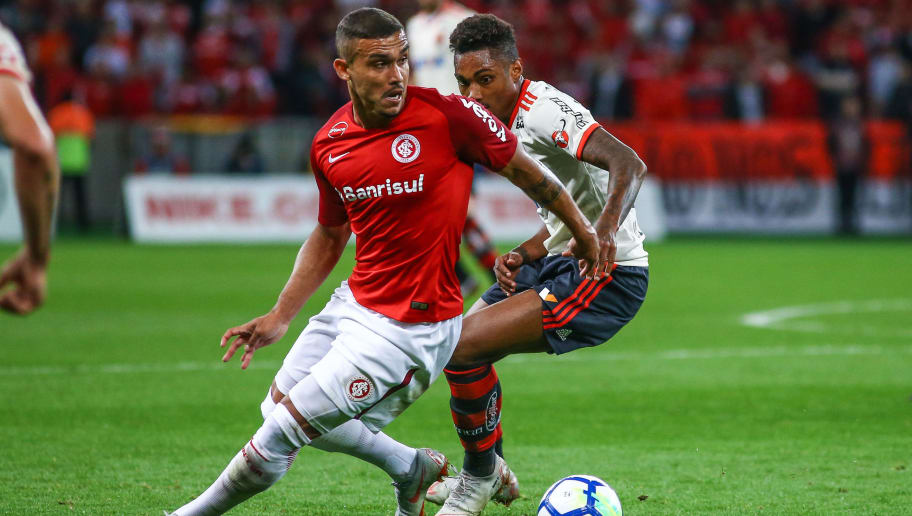 PORTO ALEGRE, BRAZIL - SEPTEMBER 05: Willian Potker of Internacional battles for the ball against Vitinho of Flamengo during the match between Internacional and Flamengo as part of Brasileirao Series A 2018, at Beira-Rio Stadium on September 5, 2018, in Porto Alegre, Brazil. (Photo by Lucas Uebel/Getty Images)