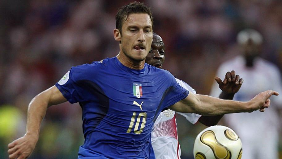 Le milieu de terrain italien Francesco Totti (L) un