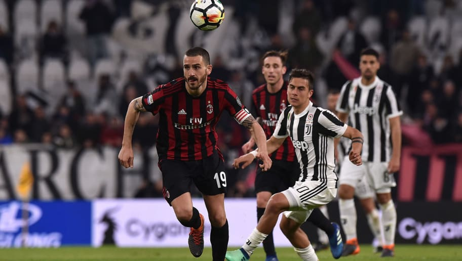 TURIN, ITALY - MARCH 31: Leonardo Bonucci (L) of Milan holds off the challenge from Paulo Dybala of Juventus during the serie A match between Juventus and AC Milan at Allianz Stadium on March 31, 2018 in Turin, Italy.  (Photo by Tullio M. Puglia/Getty Images )