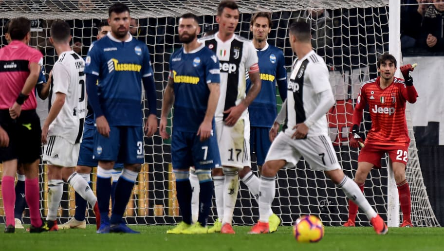 TURIN, ITALY - NOVEMBER 24: Mattia Perin of Juventus issues instructions to the wall during the Serie A match between Juventus and SPAL at Allianz Stadium on November 24, 2018 in Turin, Italy. (Photo by Tullio M. Puglia/Getty Images)