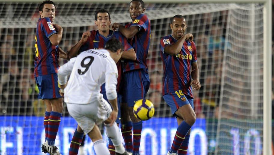 (L-R) Barcelona's midfielder Xavi Hernan