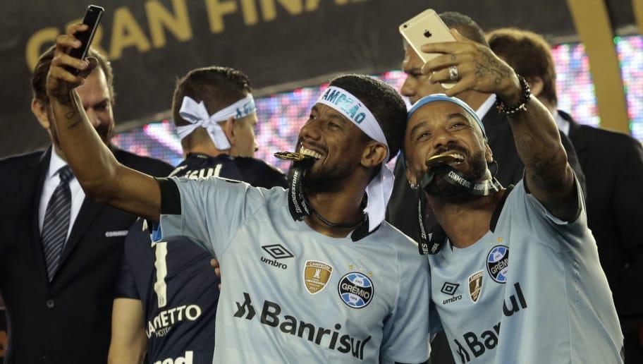 Debandada  Diretoria do Grêmio define o que fará com medalhões do ... ef6122b6bb08f