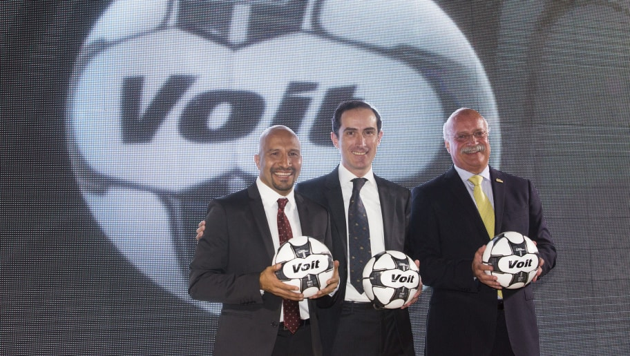 MEXICO CITY, MEXICO - JULY 05:  (FROM LEFT TO RIGHT) Mexican goalkeeper Oscar Perez, Alejandro Gamez, CEO of Voit and Enrique Bonilla, Chief executive of the Liga MX pose for photos during the presentation of the Liga MX Torneo Apertura 2016 Official Ball at Universidad Motolinia del Pedregal on July 05, 2016 in Mexico City, Mexico. (Photo by Hector Vivas/LatinContent/Getty Images)