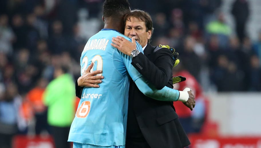fLILLE, FRANCE - OCTOBER 29: Coach of OM Rudi Garcia salutes goalkeeper of OM Steve Mandanda following the French Ligue 1 match between Lille OSC (LOSC) and Olympique de Marseille (OM) at Stade Pierre Mauroy on October 29, 2017 in Lille, France. (Photo by Jean Catuffe/Getty Images)