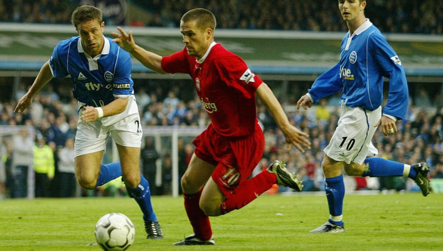Liverpool's Michael Owen (C) moves in to